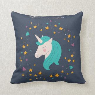 El unicornio cree en almohada mágica de la sala de