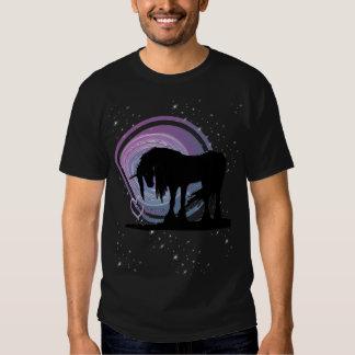 El unicornio negro místico (púrpura/remolino azul) camisetas