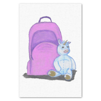 El unicornio relleno se sienta por una mochila papel de seda