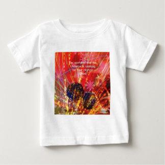 El universo trabaja para usted camiseta de bebé