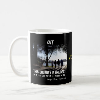 El viaje con los amigos y cada niño es un héroe taza de café