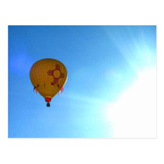El volar en la luz del sol postal