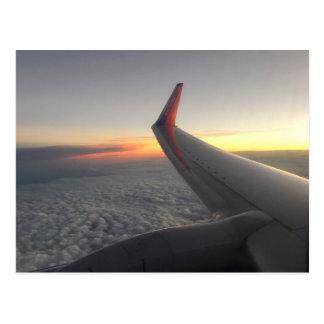 El volar sobre la postal de las nubes