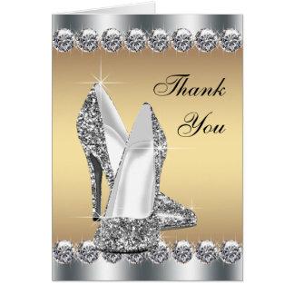 El zapato de plata del tacón alto del oro le tarjeta