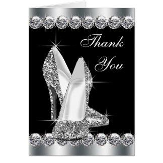El zapato negro elegante del tacón alto le tarjeta pequeña