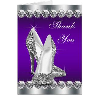 El zapato púrpura del tacón alto le agradece las tarjeta pequeña