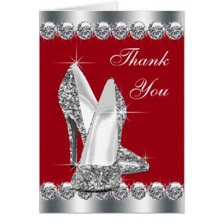 El zapato rojo elegante del tacón alto le agradece tarjeta pequeña