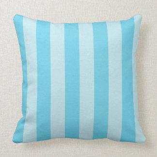 El zen del azul de cielo raya la almohada de tiro