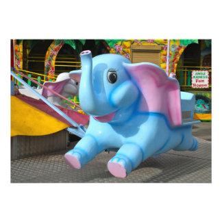 Elefante azul en una invitación de la feria de div