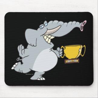 elefante con el dibujo animado del trofeo del gana alfombrilla de ratón