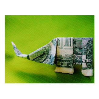 Elefante del origami del billete de dólar en fondo postal