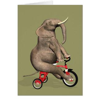 Elefante divertido que monta un triciclo tarjeta de felicitación