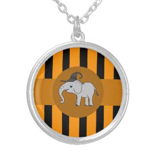 Elefante gris con las rayas del gorra y del colgante redondo