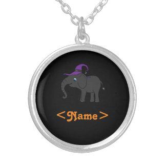 Elefante negro con el gorra de la bruja colgante redondo