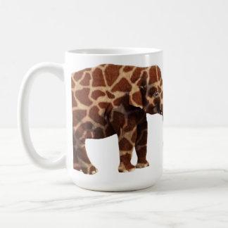 Elefante que piensa su una jirafa taza de café