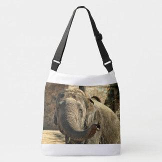 Elefante que señala adelante con el tronco bolso cruzado