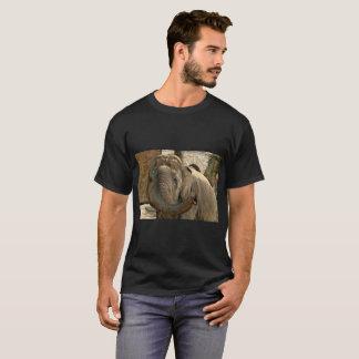Elefante que señala adelante con el tronco camiseta