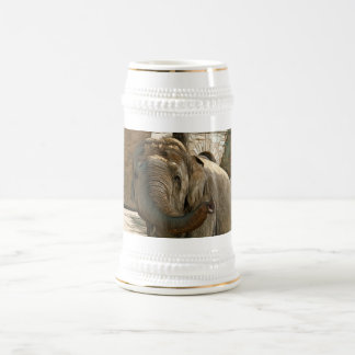 Elefante que señala adelante con el tronco jarra de cerveza