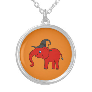 Elefante rojo con el gorra de la bruja colgante redondo