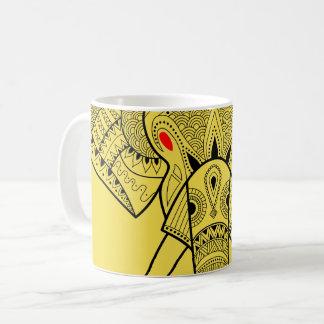 Elefante serio - amarillee la taza de la obra
