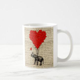 Elefante y globos en forma de corazón taza básica blanca