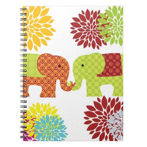 Elefantes bonitos en el amor que sostiene las flor cuaderno