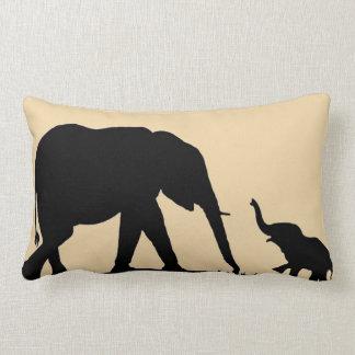Elefantes del padre y del niño en la almohada