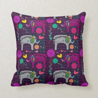 Elefantes hindúes púrpuras y almohada gris