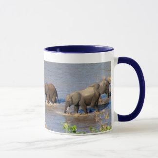 Elefantes que cruzan la taza del río de Tarangire