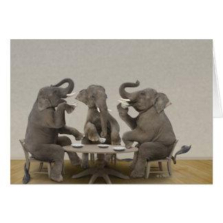 Elefantes que tienen la fiesta del té tarjeta de felicitación