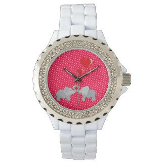 Elefantes románticos y corazones rojos en lunares reloj de pulsera