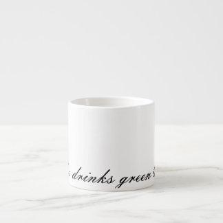 Ella bebe té verde taza espresso