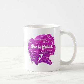 Ella es feroz taza de café