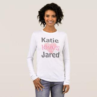 Ella lo ama camiseta del novio de la novia del el