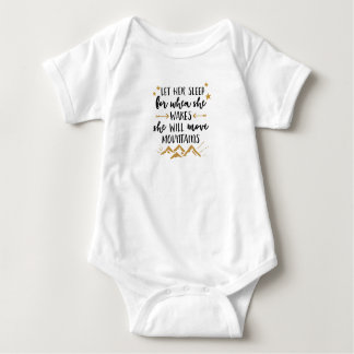 Ella moverá el mono del jersey del bebé de las