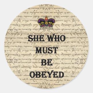 Ella que debe ser obedecida pegatina redonda