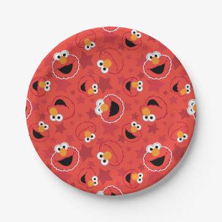 Elmo rojo hace frente al modelo plato de papel