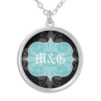 Emblema gótico del negro azul de las iniciales del colgante redondo