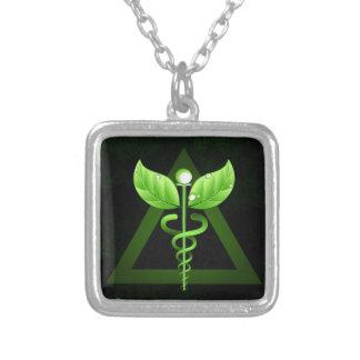 Emblema verde oscuro de la medicina alternativa colgante cuadrado