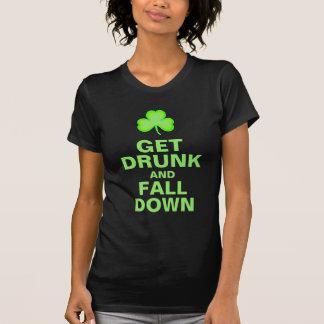 Emborráchese y caiga abajo camiseta