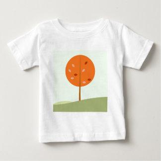 Embroma la camiseta con el naranja del árbol