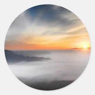 Empáñese sobre las montañas de Japón durante Pegatina Redonda
