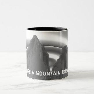 emplee una taza de la guía de la montaña