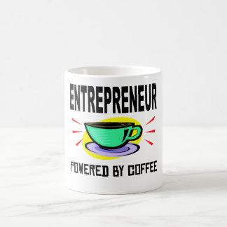 Empresario accionado por el café taza