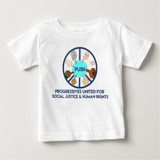 EMPUJE la camisa del niño