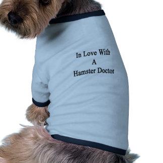 En amor con un doctor del hámster camisetas de perro