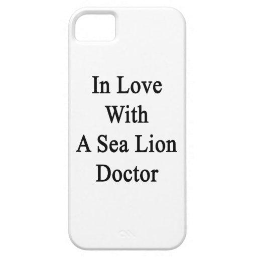 En amor con un doctor del león marino iPhone 5 Case-Mate protectores