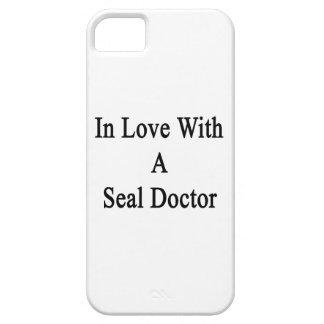 En amor con un doctor del sello iPhone 5 Case-Mate cárcasas