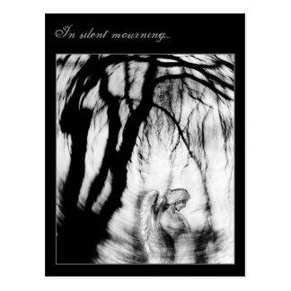 En el luto silencioso… postal