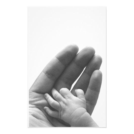 En la mano del papá papelería
